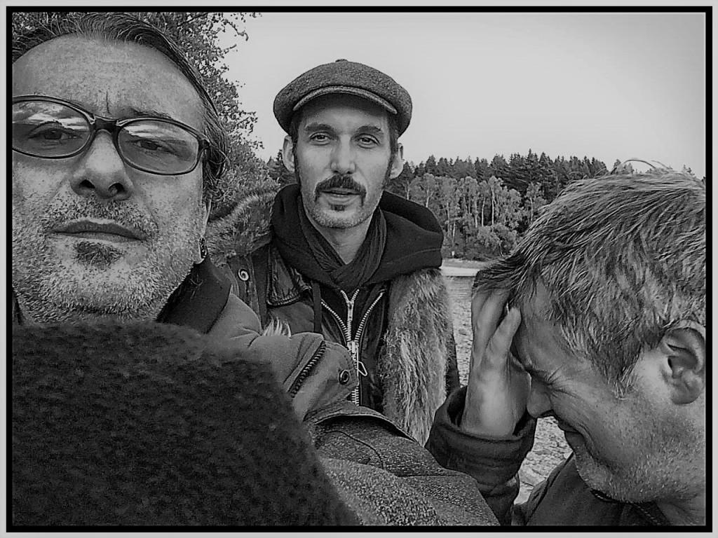 Trois musiciens de Zarboth en noir et blanc, Etienne et Phil de face,